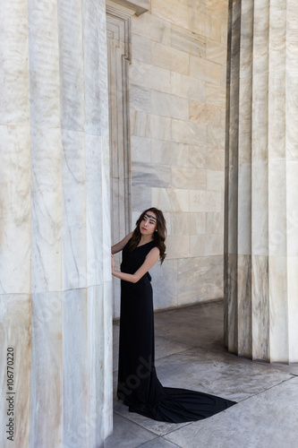 Photo  young lady in black dress near column