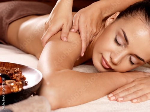 Poster  Frau, die Massage im Wellness-Salon