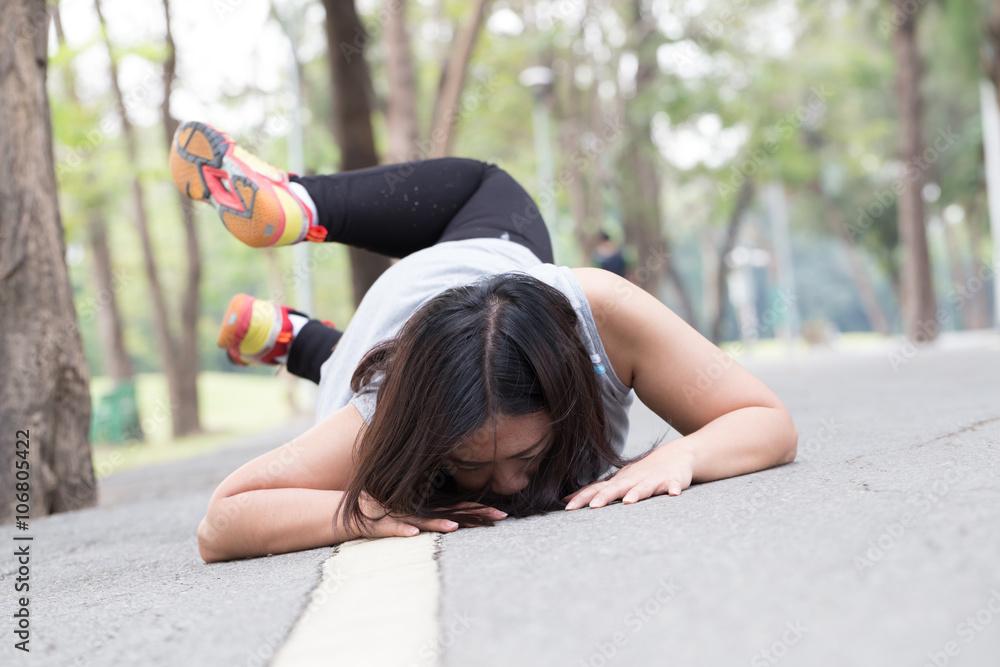 Fototapeta Accident. stumble and fall while jogging - obraz na płótnie
