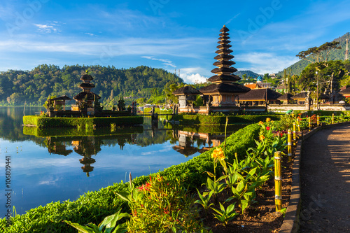 Foto auf Gartenposter Indonesien Pura Ulun Danu Bratan at sunrise, famous temple on the lake, Bedugul, Bali, Indonesia.