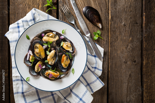 Fotografering Mussels with red onion and oregano