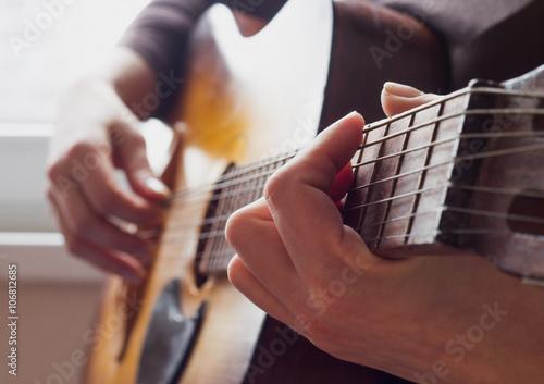 Plakat ręce kobiety gry na gitarze akustycznej