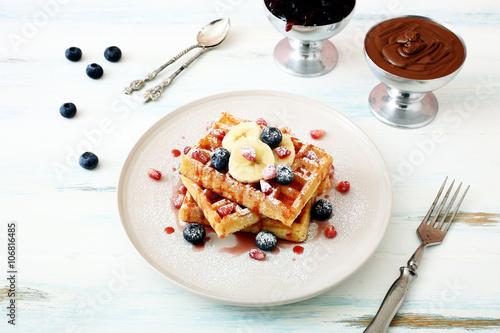 vista dall\'alto waffle con frutta e sciroppo su tavolo di ...