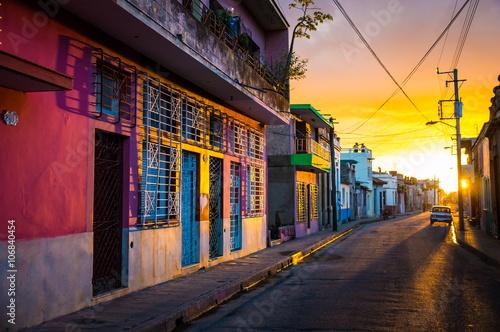 Foto op Aluminium Oude gebouw CAMAGUEY, KUBA - Strasse in der historischen Altstadt bei Sonnenuntergang