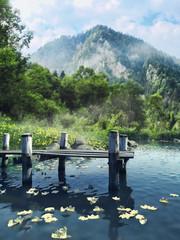 Panel Szklany Drewniane molo na jeziorze w górach