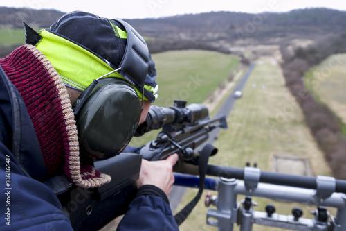 Fotografía  Francotirador militar apunta a un blanco
