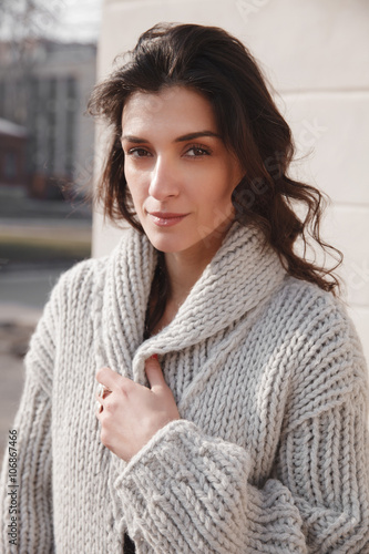 Stickers pour portes The Woman wearing knitted colorful coat outdoor