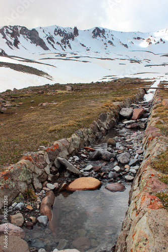 Fotografía  Artificial water ditch for melting snow in Erciyes mountains, Turkey