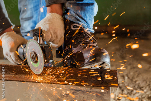 Photo  Worker working of a grinding machine