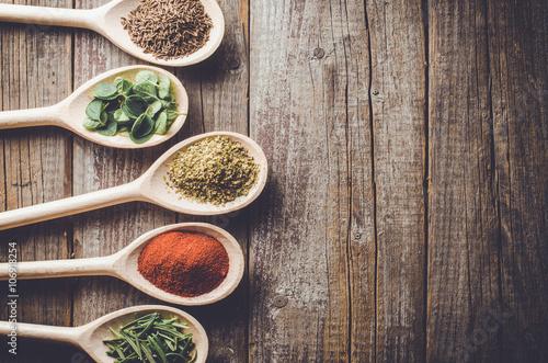 aromatyczne-ziola-i-przyprawy-na-drewnianym-spoo