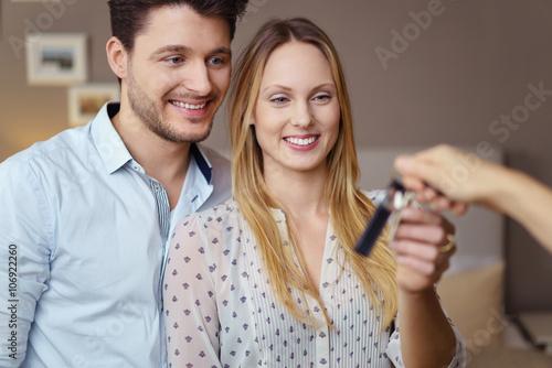 glückliche neue mieter bekommen die schlüssel zur wohnung Fototapet