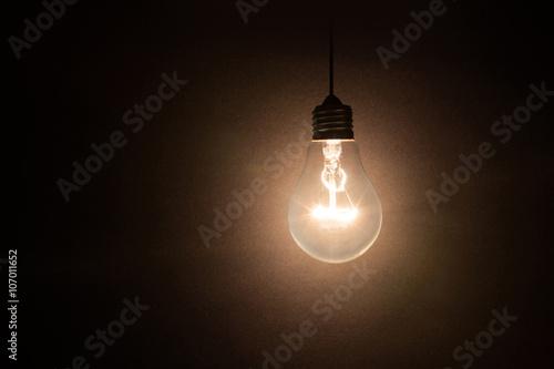 Photo  light bulb on dark background
