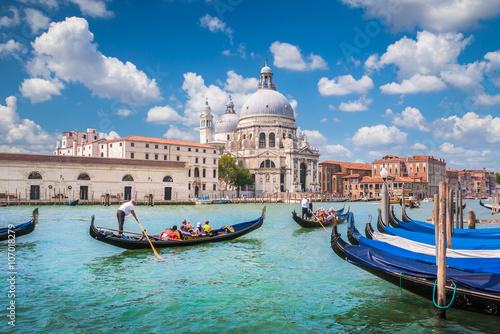 Foto op Plexiglas Venetie Gondolas on Canal Grande with Basilica di Santa Maria della Salute, Venice, Italy