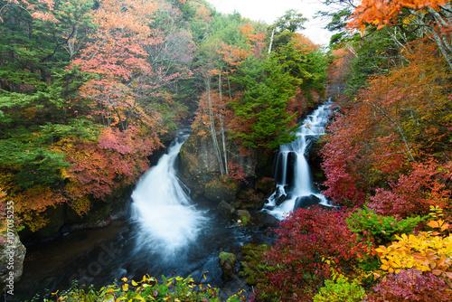 日本の観光地の滝、奥日光 竜頭の滝の紅葉。