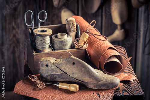 Fotografía  Small shoemaker workshop with shoes, laces and tools