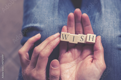 Photographie  Hands holding Wish message formed with wooden blocks