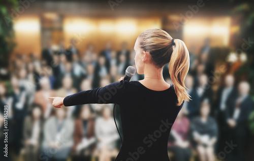 Plakat Kobieta na scenie mówi mikrofon