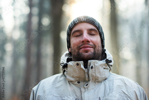 Foto  Man in nature wearing warm clothing looking happy and peaceful