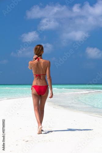 Fotobehang womenART femme sur une plage paradisiaque