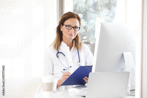 Photo  Female Doctor In The Office
