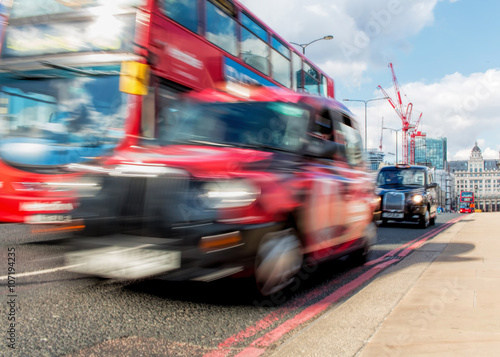 Türaufkleber London roten bus London Transport Concept. Red Bus And Black Taxi Cab Motion Blur