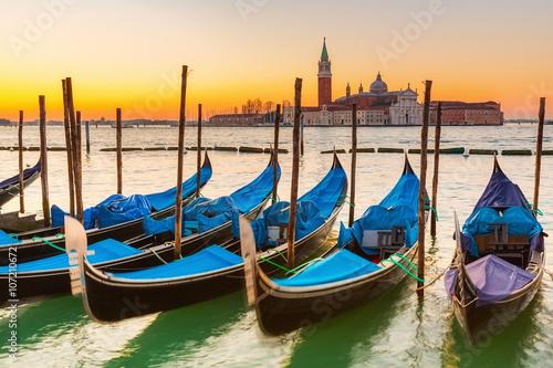 Spoed Fotobehang Gondolas Gondolas in Venice at sunrise
