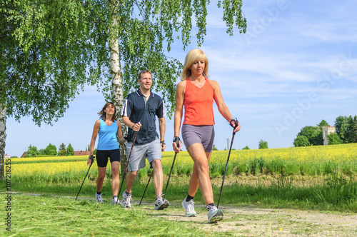 Foto  Fit bleiben mit Nordic Walking