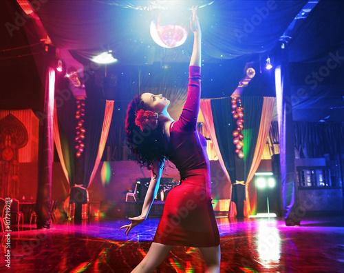 Obraz na plátně  Krásná mladá tanečnice cvičit v latinském klubu