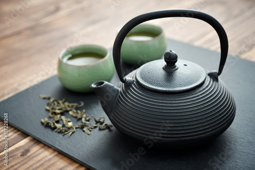 Green tea in cast-iron teapot Billede på lærred
