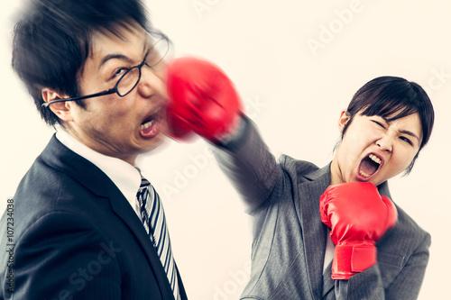 Fotografie, Obraz  男を殴る女性 ボクシンググローブ