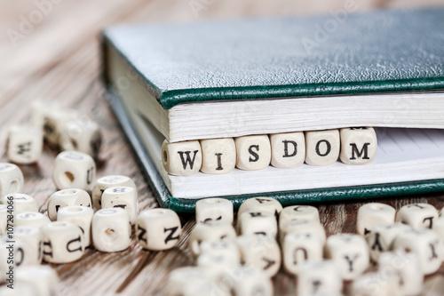 Fotografía  Wisdom word written on a wooden block.