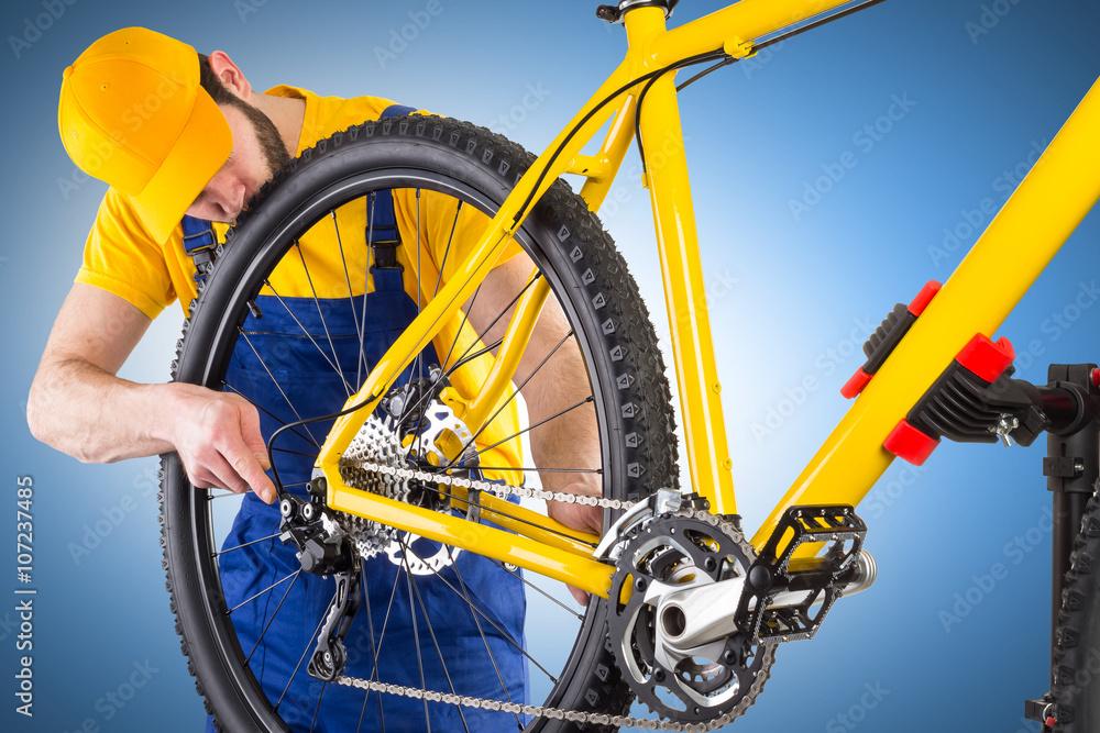 Fahrradmechaniker auf dem Mountainbike Umwerfer Verstellmechanismus ...