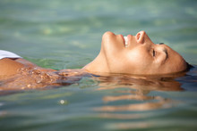 Femme Se Relaxant Dans L'eau