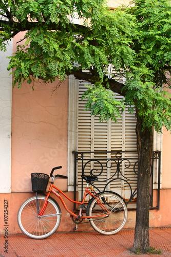 Türaufkleber Fahrrad bicycle/ bicycle parked against a building in Trinidad Cuba