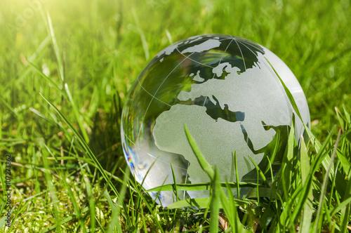 Obraz Weltkugel aus Glas, Erde mit Gras und Sonne, Naturschutz, Umweltschutz, Klimaschutz - fototapety do salonu