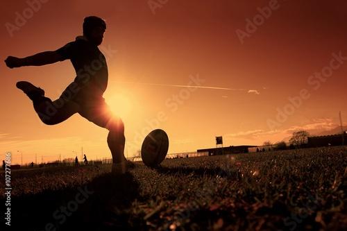 giocatore di rugby al tramonto