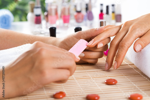 Manicure procedure - 107280049