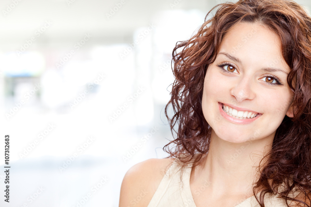 Fototapety, obrazy: beautiful brunette girl smile portrait in a interior background