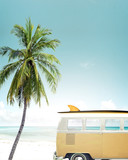 Vintage samochód zaparkowany na tropikalnej plaży (nad morzem) z deską surfingową na dachu - 107313204