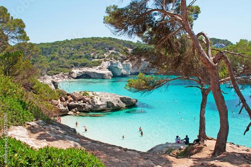 Minorca, isole Baleari, Spagna: la spiaggia di Cala Mitjaneta con Cala Mitjana sullo sfondo il 7 luglio 2013
