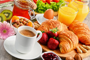 Panel SzklanyBreakfast consisting of croissants, coffee, fruits, orange juice