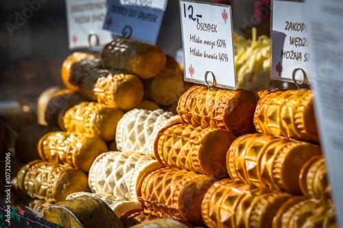 Plakat Tradycyjny polski ser wędzony oscypek na rynku zewnętrznym w Za