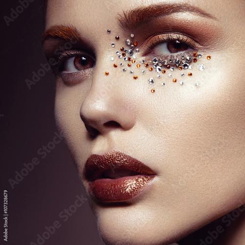 Obraz na plátně  Krásná dívka s jemným make-up a krystaly na tváři