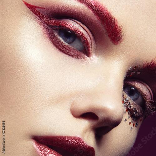 Obraz na plátně  Krásná dívka se zářivě červenou a módní líčení krystalů o