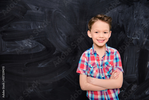 Photo  Portrat of happy smiling little boy with crossed hands