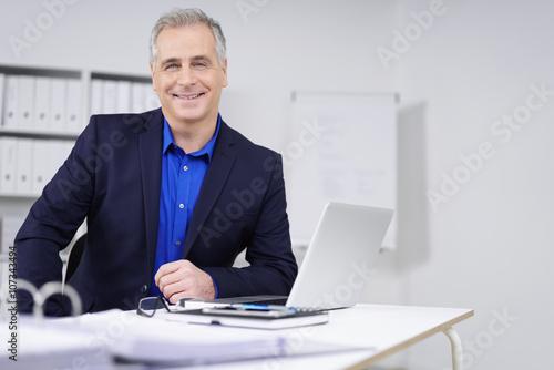 Fotografía  Kompetenter geschäftsmann am Schreibtisch