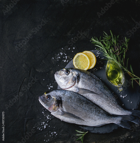 Foto op Canvas Vis Raw bream fish with herbs