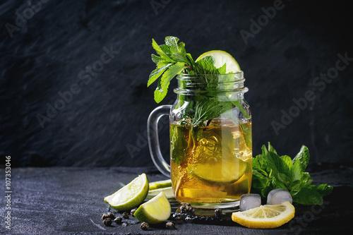 lodowa-zielona-herbata-w-szklance-z-gwintem
