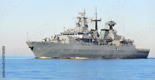 Plakat Popielaty nowożytny okrętu wojennego żeglowanie w spokojnej wodzie