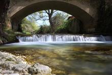 Piccola Cascata Sotto Il Ponte